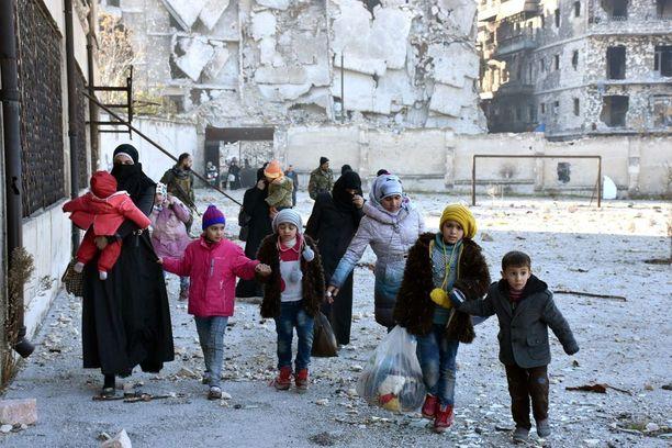 Syyrian armeijan hyökkäyksen tieltä pakenevia ihmisiä Aleppossa keskiviikkona.