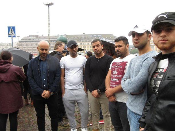 Syyrialaisten ja irakilaisten solidaarisuusmielenosoitus peruttiin turvallisuussyistä. Kuvassa Facebookissa tapahtumaa järjestäneet Samer Al-sultani, Rida Jassim, Hossam Musrok, Diyaa Muohamad, Khalid Mushareq ja Nour Mouhamad.