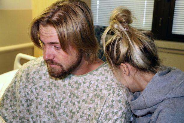 Tyttöystävä Amanda Homulos halasi Braden Matejkaa Sunrise-sairaalassa Las Vegasissa keskiviikkona.