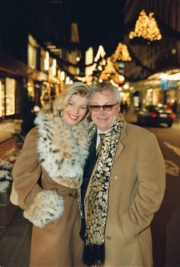 Yrittäjä Tiina Jylhän ja taiteilija Juhani Palmun rakkaustarina jäi lyhyeksi. Salamarakkaus syttyi vuonna 2001, vuonna 2002 juhlittiin häitä ja jo vuoden sisällä seurasi ero.