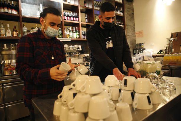 Työntekijät valmistautuivat avaamaan ravintolaa Modiinissa Israelissa.