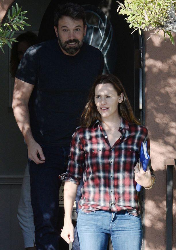 Hyväntuulinen pariskunta nähtiin eilen pariterapiassa. Ben ja Jennifer yrittävät ilmeisesti paikata välejään vielä kerran ammattilaisten avulla.