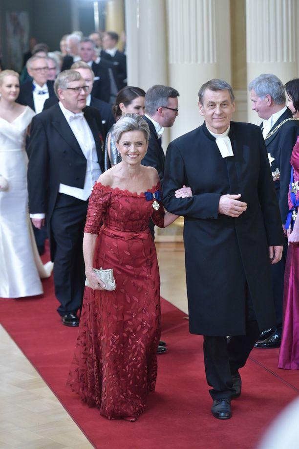 Päivi Räsänen saapui Linnan juhliin puolisonsa Niilo Räsäsen kanssa.