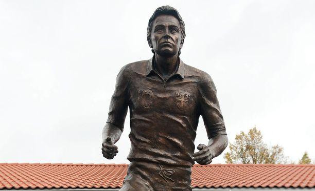 Tämä Jari Litmasen patsas puettiin KKK-asuun.