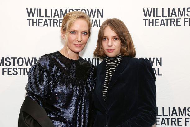 Uma ja Maya yhteiskuvassa Williamstown Theatre Festival 2019 -gaalassa helmikuussa.