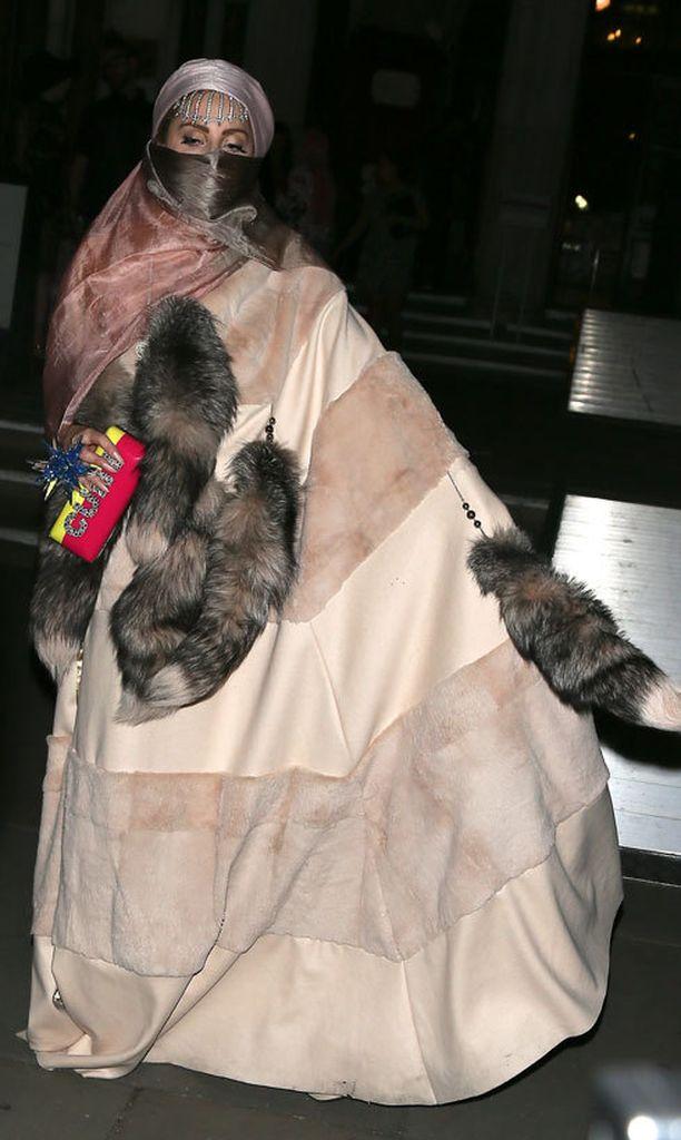 Lady Gaga jatkoi myös eläinoikeusaktivistien ärsyttämistä ripustamalla burkan tyyliseen asuun turkiskoristeita.