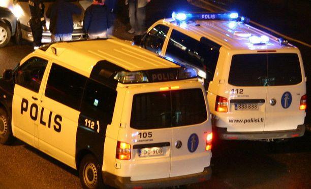Poliisi oli paikalla, kun vartija sai kiinni varkaan. Kuvan poliisiautot eivät liity uutiseen.