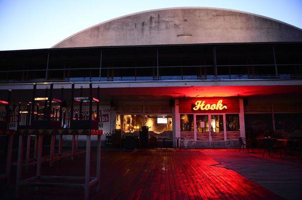 Avokätisesti tipannut sheikki ruokaili Hook-ravintolassa Helsingissä.