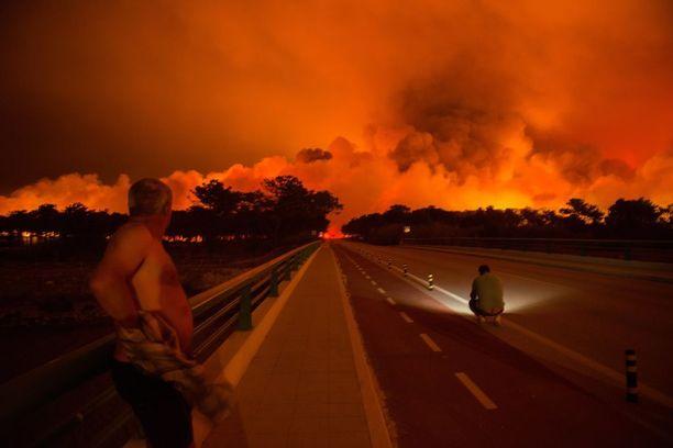 Asukkaat katselivat tulipalon raivoa sunnuntaia Praia da Vieirassa, Marinha Grandessa, Portugalissa.