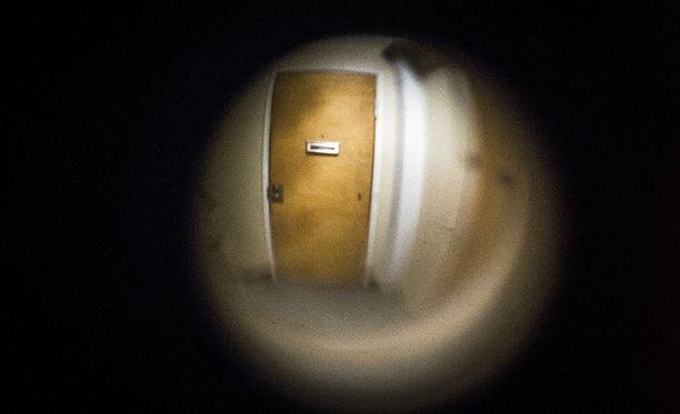 Naapurit havaitsivat käynnissä olleen aktin asuntonsa ovisilmästä. Kuvituskuva.