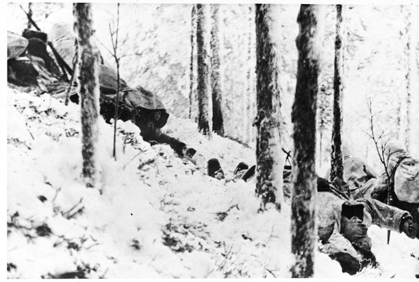 Suomalaisia hyökkäämässä mäen yli Tolvajärven maastossa.