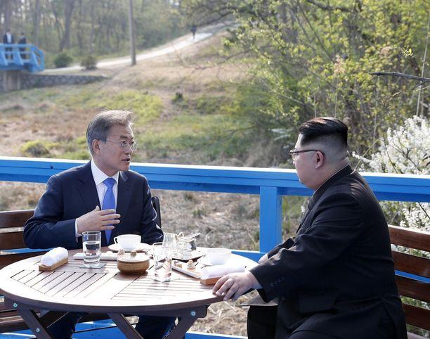 Valtiojohtajat nauttivat yhdessä teetä metsän siimeksessä demilitarisoidulla vyöhykkeellä. Kim kuunteli kohteliaasti vanhempaa valtiomiestä.