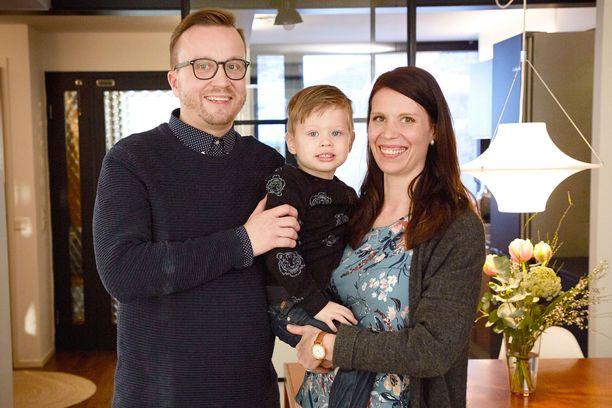 Antti ja Sari tapasivat Ensitreffit alttarilla -ohjelmassa. Nyt parilla on 2-vuotias Aaron-poika.