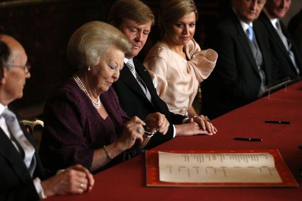 Beatrix allekirjoitti asiakirjan kruunustaluopumisesta kuninkaanlinnassa Amsterdamissa. Hän ottaa käyttöön entisen prinsessatittelinsä.