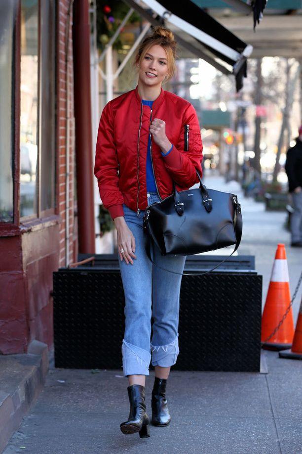 Karlie Kloss kuvattiin New Yorkissa pirteänvärisessä pilottitakissa.