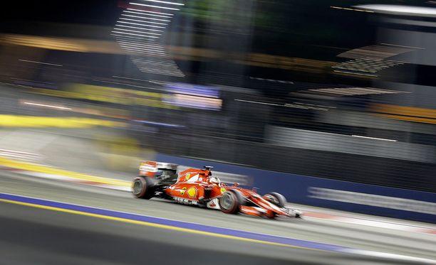 Sebastian Vettel oli ensimmäinen, joka havaitsi Singaporen F1-radalla toilailleen sivullisen.