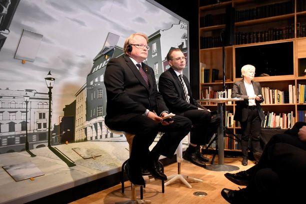 Suomi ja Ruotsi pitävät yllä tiivistä keskusteluyhteyttä. Maiden puolustusministerit tapasivat Helsingissä maaliskuussa.