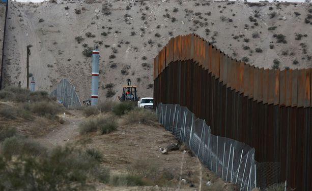 Meksikon ja Yhdysaltain välille pultattiin marraskuussa 5,6 metriä korkeaa aitaa.