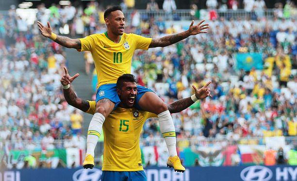Neymar (päällä) ja Paulinho juhlivat Brasilian avausmaalia.