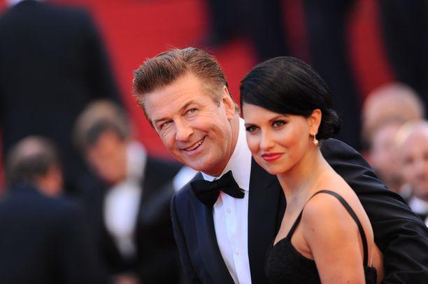 Alec Baldwin kuuluu Hollywoodin tunnetuimpiin näyttelijöihin. Vierellä Hilaria-vaimo.