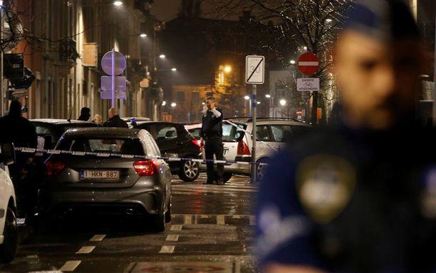 Poliisi valvoo ja pitää tarkastuspisteitä Schaerbeekin lähiössä Brysselissä myös tänään perjantaina.