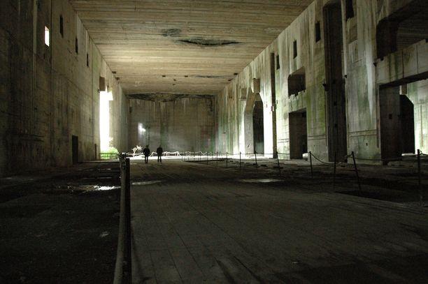 Osa bunkkerin katosta oli vielä kesken, kun sitä pommitettiin keväällä 1945. Keskeneräisen osan nelimetrisestä betonista pommit tulivat läpi.