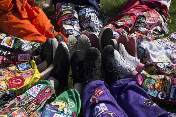 Kuvassa Seinäjoen ammattikorkeakoulun opiskelijoita. Etualalla olevat vihreät jalat kuuluvat terveysalan opiskelijalle ja violetit jalat insinööriopiskelijalle.