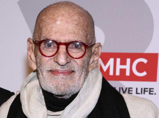 Larry Kramer edusti aiemmin tänä vuonna ja kuvattiin punaisella matolla.