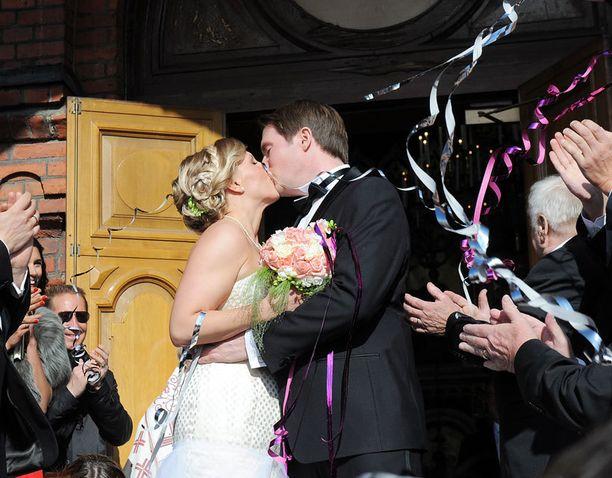 Tuore aviopari suuteli kirkon edustalla.