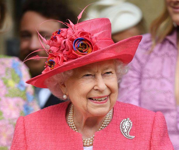 Kuningatar Elisabet iloitsi serkkunsa tyttären hääonnesta.