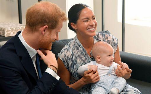 Kuningatar Elisabet suree eroa pikku-Archiesta – Miksi Harry ei vaali poikansa juuria?