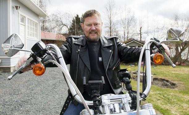 Pertti Salovaara on kanavoinut erosuruaan moottoripyöräilyyn ja veneilyyn. -Olosuhteisiin nähden voin ihan hyvin, Salovaara sanoo Iltalehdelle.