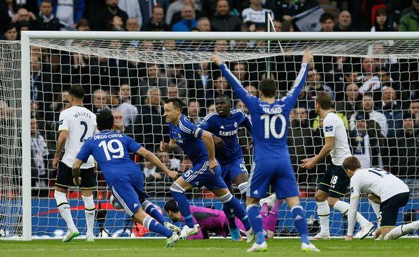 John Terry hyödynsi Tottenham-pelaajien virheen.