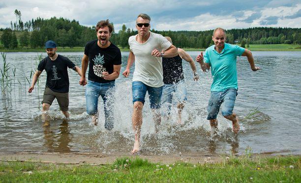 Varpaat hautuvat kuumissa kengissä, joten välillä on hyvä päästä uittamaan jalkoja luonnonvesiin taukopaikoilla. Mukaan on hyvä pakata myös vaihtohousut, mikäli kaverit innostuvat räiskimään kaikki kuteet märiksi.