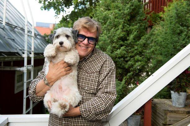 Mikko Alatalo on syntynyt Oulussa ja viettänyt lapsuutensa Kiimingissä. Koti on ollut Tampereen Pispalassa vuodesta 1978 lähtien. Talon tuorein asukas on 2-vuotias Ringo-koira.