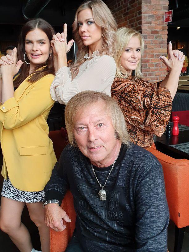 Iskelmälegenda Danny ja taustalla Dannyn enkelit Jennika Vikman, Diana Anttila ja Katja Lukin.