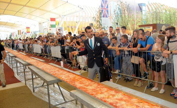 Guinness World Records -tuomari Lorenzo Veltri tarkisti pitsan pituuden.