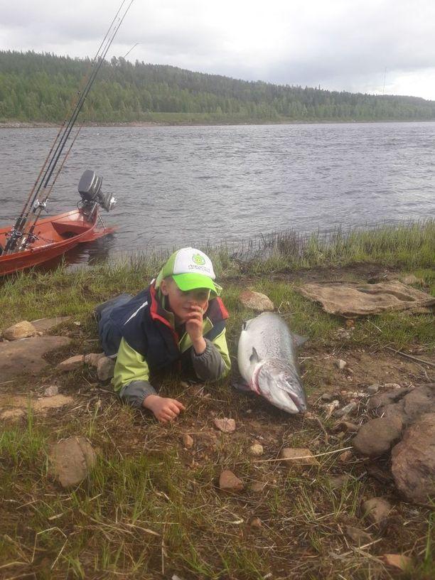 Jakke Peltonen, 7, nappas isoni kalan heti kesän aluksi.