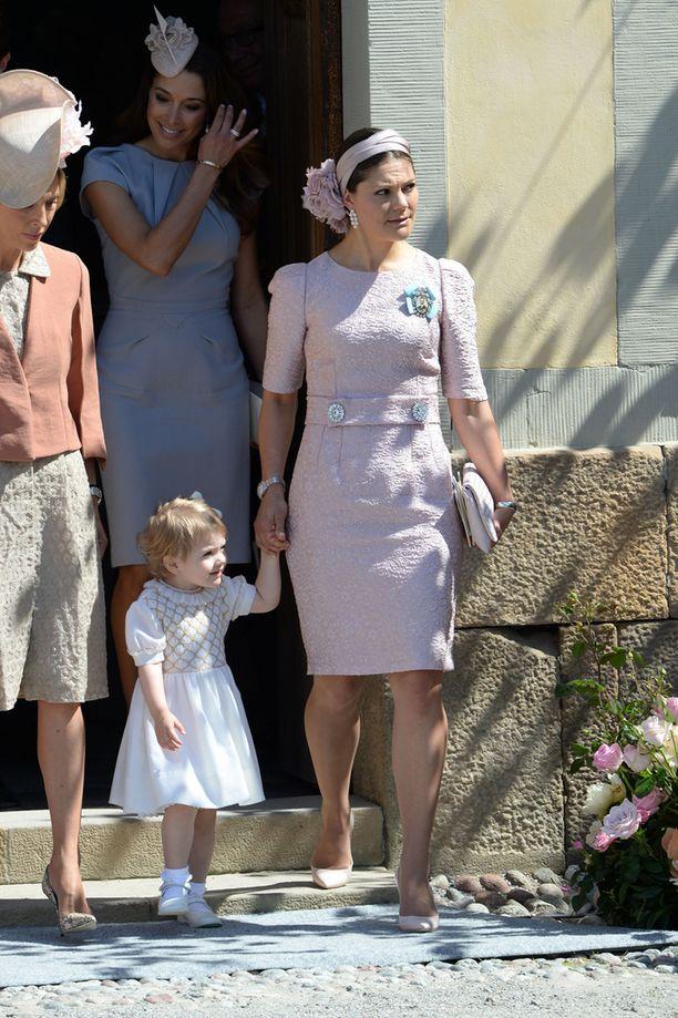 Leonoren ristiäisissä pikkprinsessan elegantti valkoinen mekko oli äidiltä peritty.