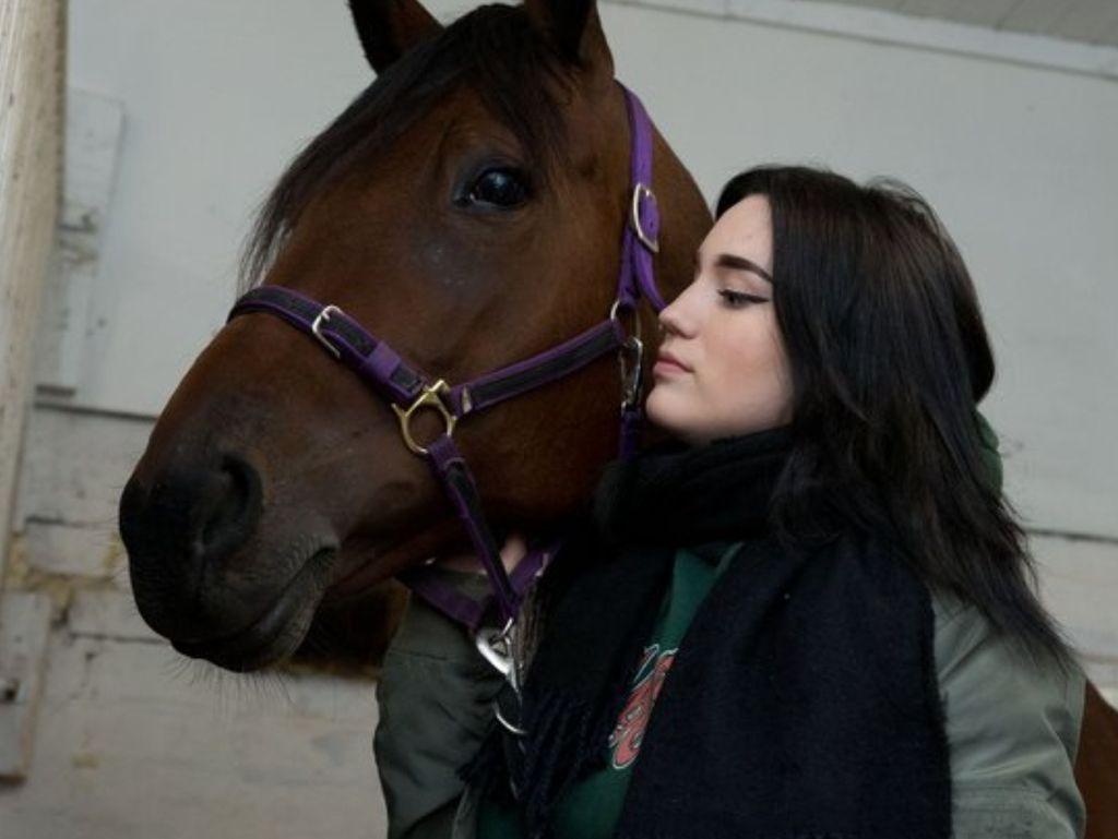 Äiti osti Marille kotipihaan hevosen, jonka seurassa tyttö viihtyi ollessaan kotona.