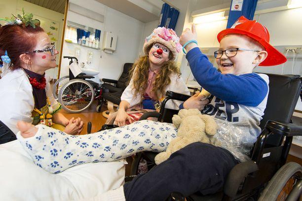 Sairaalaklovnit kävivät ilahduttamassa Sisua TYKSin lastenosastolla.