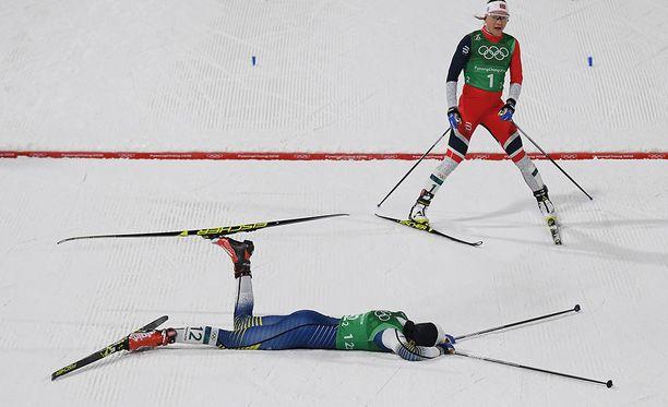 Norjan ankkuri Maiken Caspersen Falla ei ehtinyt mukaan loppukiriin. Lumessa makaava Stina Nilsson toi Ruotsin toiseksi.