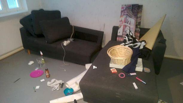 Vuokralainen ei vienyt muuttaessaan koko omaisuuttaan mukanaan. Asunnon omistaja Pirjo Jylhä on käyttänyt asunnon siivoamiseen ja raivaamiseen useita tunteja.