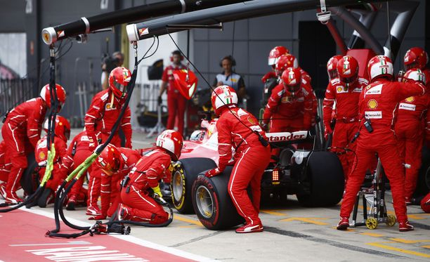 Sebastian Vettel ja Kimi Räikkönen joutuivat varikolle vielä aivan kisan lopussa.