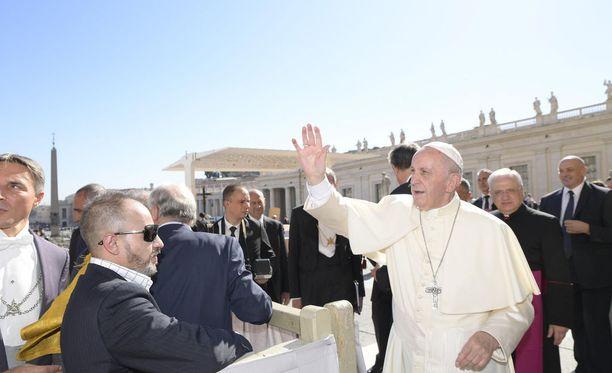 Paavi Franciscus, 80, jaksaa yhä kiertää aktiivisesti maailmaa.