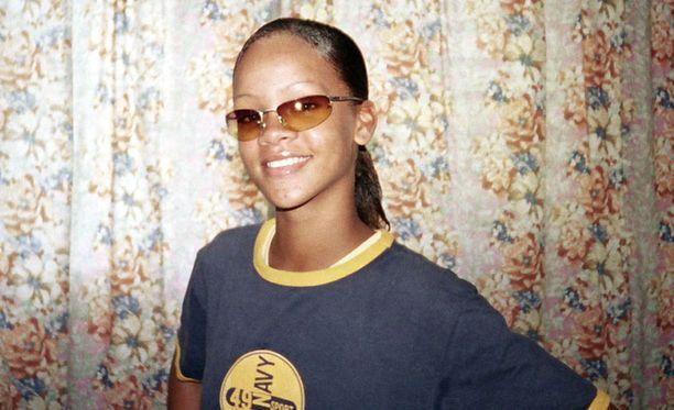 Rihanna kotona vuonna 2003, 15-vuotiaana.