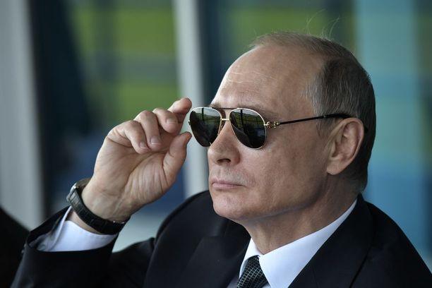 Venäjän presidentti Vladimir Putin korjasi aurinkolasiensa asentoa seuratessaan ilmailunäytöstä Moskovassa kesällä 2017.