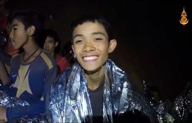 Keskiviikkona julkaistulla videolla pojat odottavat pelastustaan toiveikkaissa ja jopa iloisilta vaikuttavissa tunnelmissa.