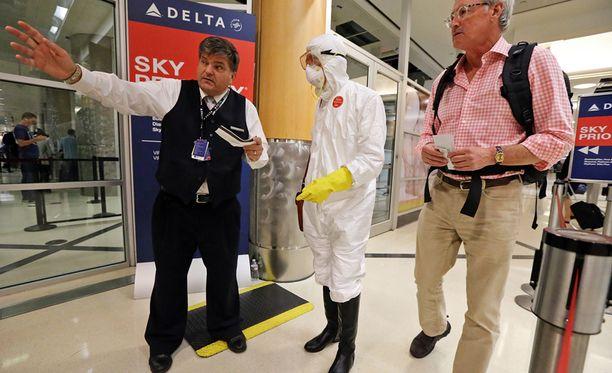 Amerikkalaislääkäri osoitti mieltään Ebola-epidemian huonoa hoitamista vastaan astumalla lentokoneeseen täydessä suojavarustuksessa.