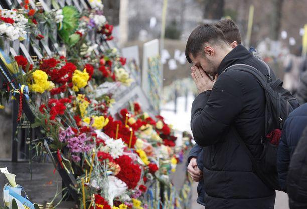 Ukrainassa sota jatkuu jo viidettä vuotta. Yhdysvallat osoittaa yhä enemmän tukea Ukrainalle. Kuvassa mies kunnioittaa Kiovan Maidanin mielenosoituksissa ja Itä-Ukrainan sodassa kuolleita ukrainalaisia.